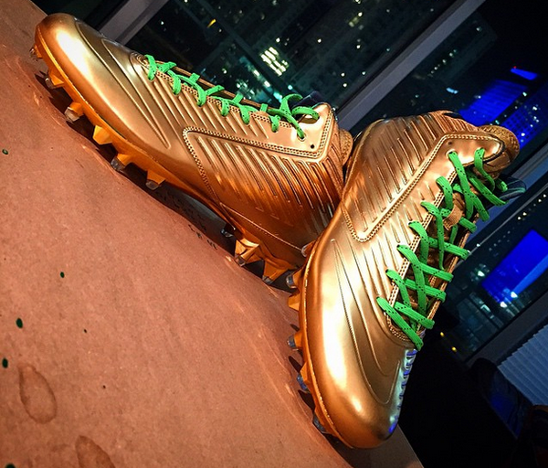 MarshawnLynchGoldCleats